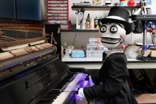 Teotronico with his piano Matteo Suzzi